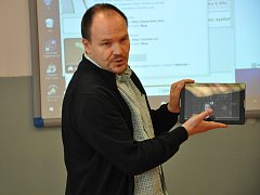 Václav Dedera ukazuje možnosti výuky na tabletu.