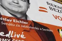 Kouzlo nechtěného.... Při výlepu velkého bilboardu kandidáta na senátora za ČSSD Stanislava Eichlera na autobusovém nádraží v Jablonci došlo k překrytí jednotlivých dílů.