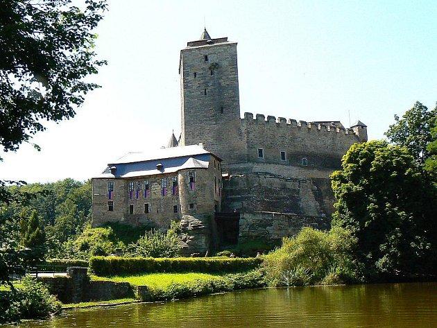 Hrad Kost leží v krajině, které se pro její půvaby právem říká Český ráj. Byl postaven v lesnatém údolí na mohutném skalním pískovcovém ostrohu, asi kilometr od místa, kde stávalo prehistorické hradiště Na Poráni.