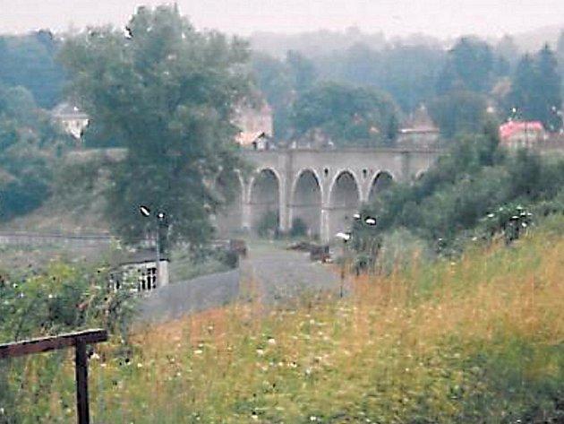 Obloukový most převádějící železniční dopravu přes údolí v Rychnově u Jablonce.