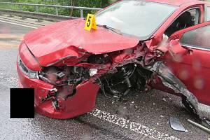 Řidička s osobním vozidlem dostala smyk a narazila do kamionu.
