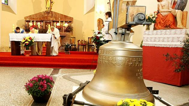 Nový zvon Jakub Větší do obnovované zvonice, která v květnu loňského roku z neznámých důvodů lehla popelem, vysvětil v sobotu v Železném Brodě emeritní biskup Josef Koukl.