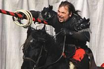 Na necelý týden se v Jablonci na travnaté ploše v Pasířské utáboří středověké rytířské divadlo na koních Traken. Denně bude hrát své představení