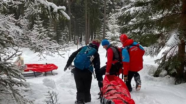 Dvě mladé ženy se v pondělí 8. února odpoledne pustily na takzvaných loveckých lyžích ke sjezdu v oblasti Dlouhé Seče nad Josefovým Dolem, jedna se bolestivě zranila.