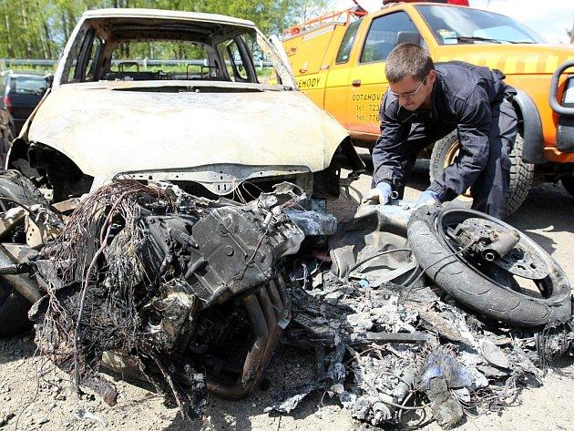 I takto končí dopravní nehody v serpentinách na silnici I/10 mezi Železným Brodem a Loužnicí. Při této nehodě pře časem zcela nová Škoda Fabia i motocykl Yamaha lehly popelem. Motorkář neměl šanci nehodu přežít.