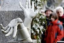 Vlasta Burian má hrob na pražském Vyšehradě, kde jej zdobí plastika.