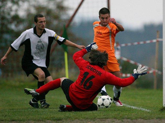 Kokonín v odvetném utkání finále okresního poháru remizoval s Lučany (v bílém) 2:2. To však na celkové prvenství stačilo.