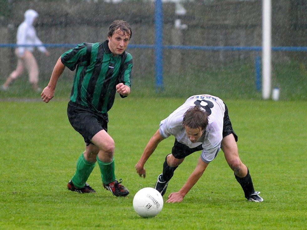 Za vytrvalého deště hrálo jedno z tzv. záchranářských utkání 1.B třídy  mezi domácím Sokolem Zásada a sousedním Sokolem Držkov. Michal Kopal (vpravo v bílo černém) v souboji o míč  s hostujícím Jiřím Brodským.
