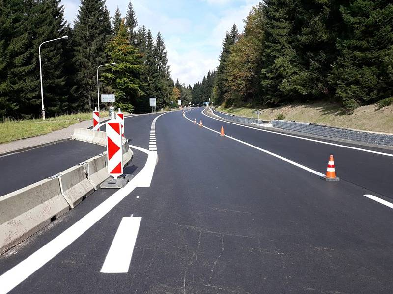 Část silnice z Harrachova do Polska je opravená.