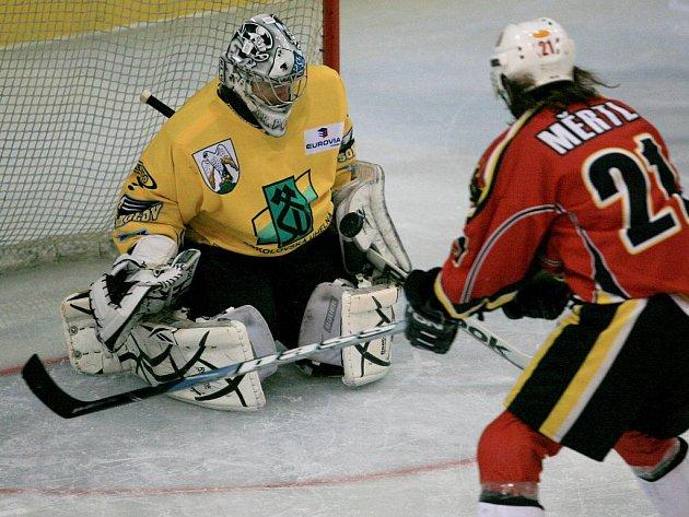 Jablonečtí hokejisté porazili na domácím ledě Sokolov (ve žlutém) 3:2 po prodloužení.