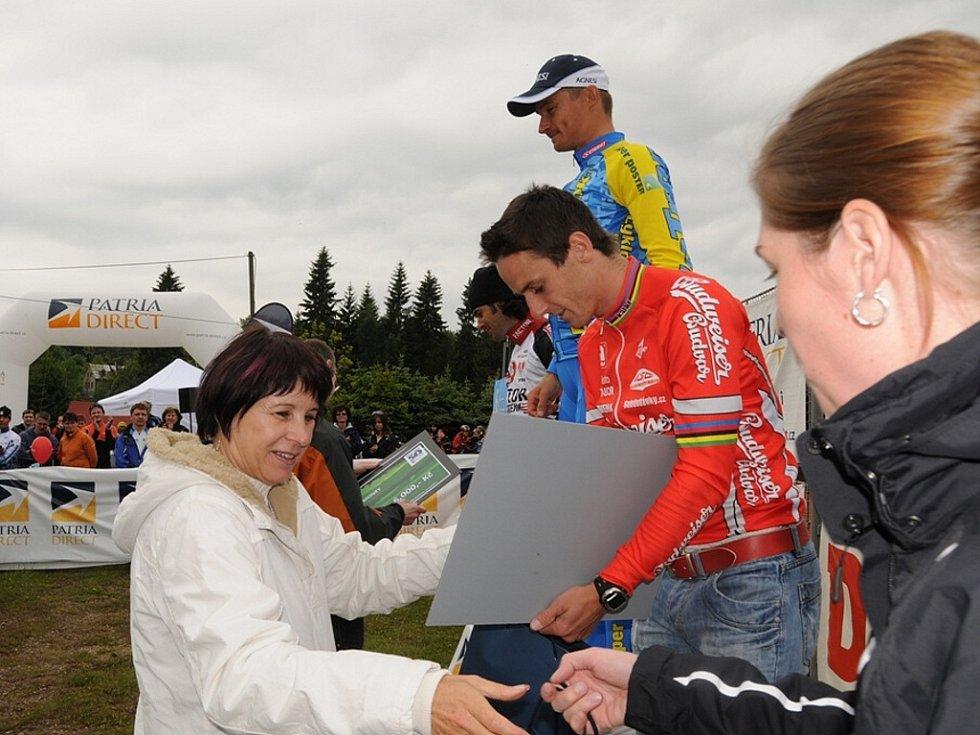 Ceny na Jizerské padesátkce na kolech předávala i Lidie Vajnerová.