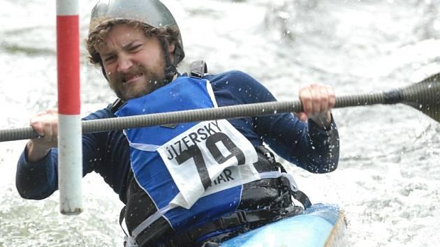 Voda byla silnější. Radek Letko ze Sokola Žizkov se s vlnami rozbouřené řeky pral marně a závod nedokončil.