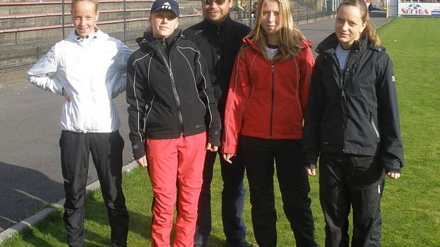 Úspěšný trenér atletek Martin Michalský (uprostřed) s nadějemi TJ LIAZ zleva: Vítová, Michalská, Rappová a Soprová.