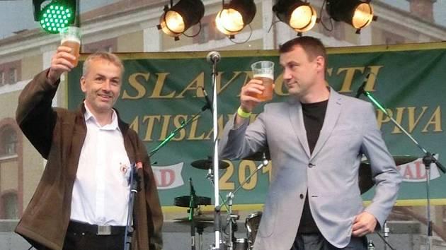 Návštěvníky 14. ročníku Slavností vratislavického piva pozdravil a pivo Spytihněv na pódiu ochutnal i Martin Půta, hejtman Libereckého kraje (vpravo). Doprovodil jej ředitel pivovaru – sládek  Petr Hostaš.
