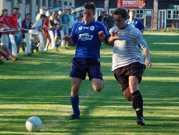 O BODY SE PODĚLILI. Fotbalisté Zásady doma remizovali s Ruprechticemi 1:1. Na snímku domácí Jaroslav Kořínek (vpravo)  v souboji s Rolandem Kusebauchem.