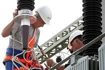 Uložení nového transformátoru ve stanici Jablonec Sever.