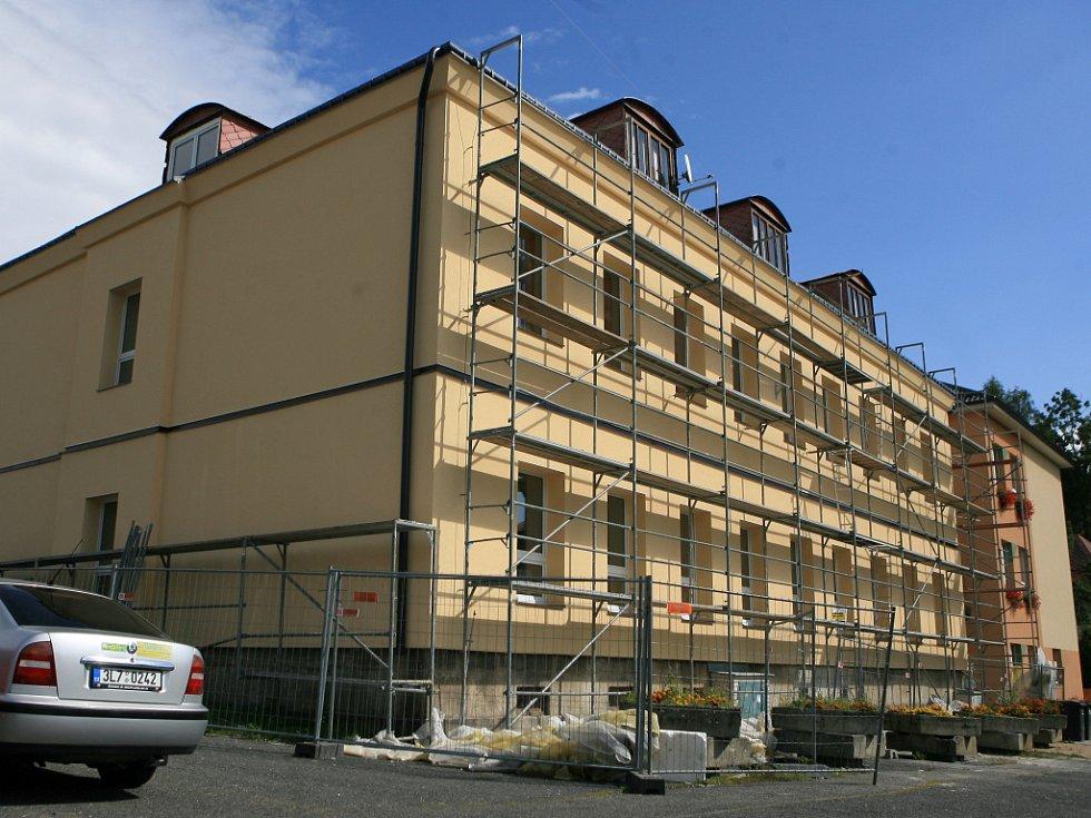 Pracovnící stavební firmy rekonstrukci základní školy v Lučanech nad Nisou.