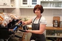 Petra Hybnerová ve  své kavárně Posezení pro radost v Jablonci nad Nisou.