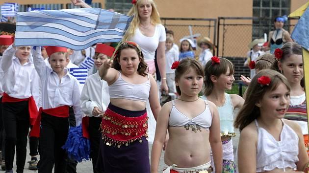 Ve Smržovce odstartovali průvodem tradiční předprázdninovou olympiádu.