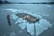Petr Vobořil se každé ráno chodí koupat do jablonecké přehrady. V mrazu si proseká v ledu díru.