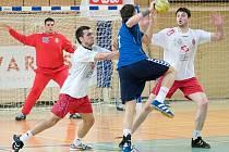 Hráč Polska Lukasz Gierak při pokusu překonat obranu Srbska, vpravo Nenad Malenčić a vlevo Dure Karanovič V pozadí brankář Milič Strahinja.