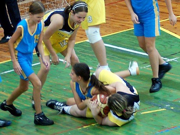 Hráčky Bižuterie (ve žlutém) porazily Havlíčkobrodské.