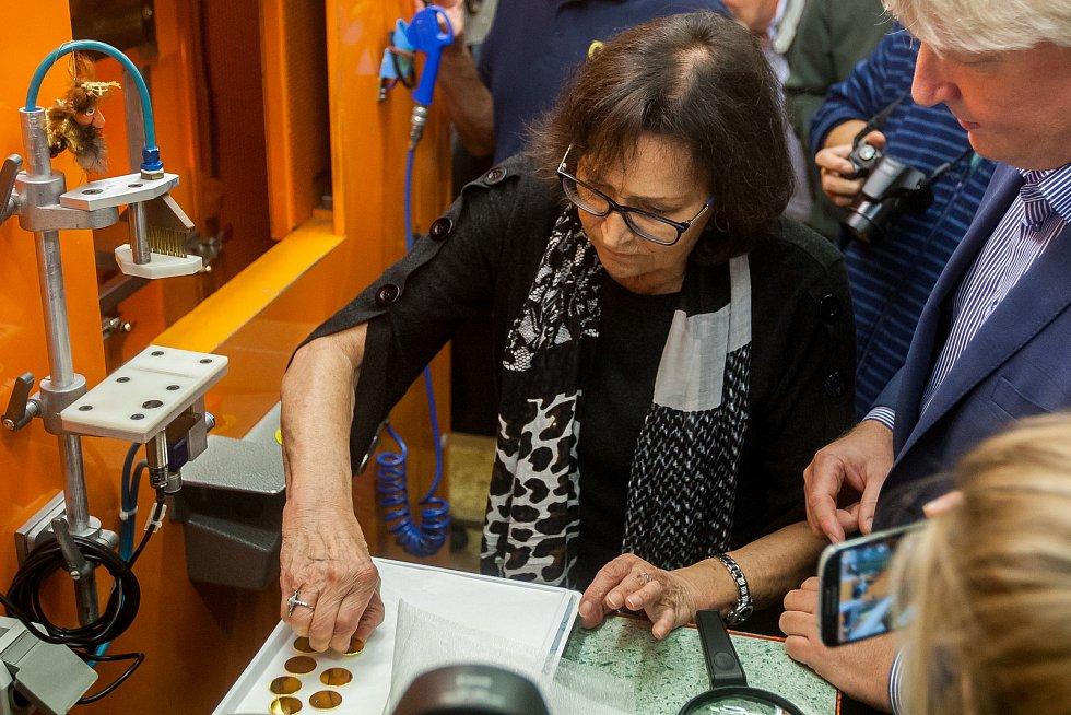 Zpěvačka Marta Kubišová navštívila 5. října Českou mincovnu v Jablonci nad Nisou u příležitosti ražby zlaté mince se svým portrétem. Na snímku je při ražbě mince.