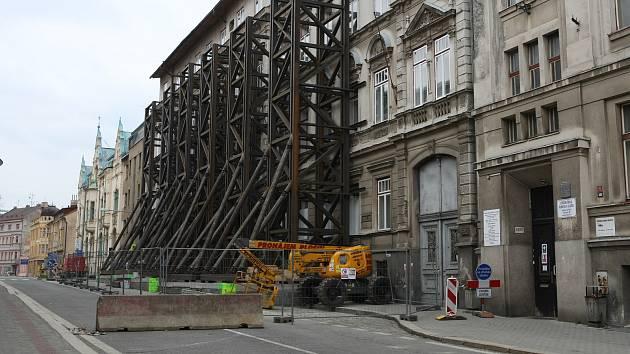 Vzpěry na budově hrozící zřícením v ulici Podhorská.