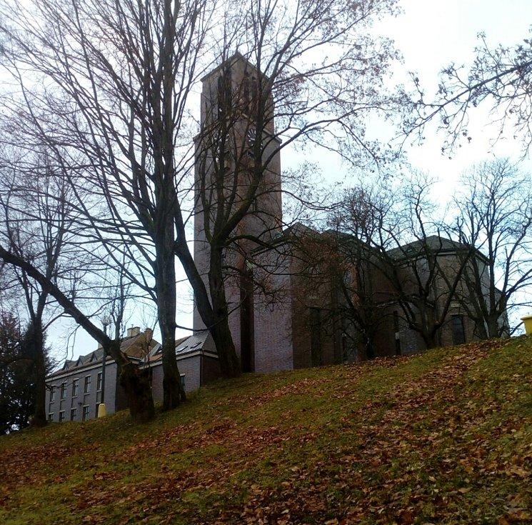 Tak vypadá místo dnes, pohled zezdola na kostel.