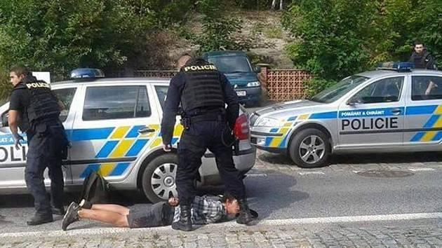 POLICEJNÍ ZÁSAH AMOK HLÍDKY BYL NEKOMPROMISNÍ. Mladíky zpacifikovali a nasadili jim pouta.