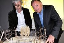 Architekt Petr Stolín (vlevo) a primátor Petr Beitl nad modelem Slunečního pavilonu.