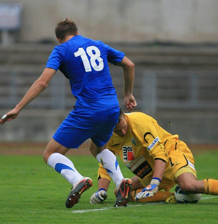 Derby juniorek vyhrál Jablonec (v bílém). Brankář Jablonce Vilém Fendrich likviduje šanci Zbyňka Musiola z Liberce (18).