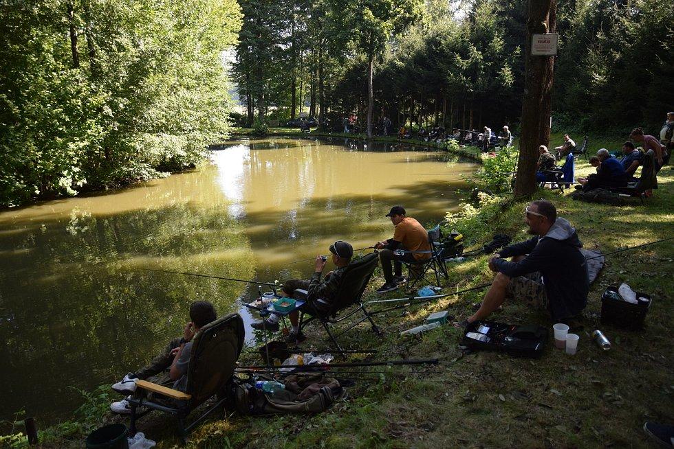 Rybářské závody na rybníku Kulaťák na okraji Malé Skály