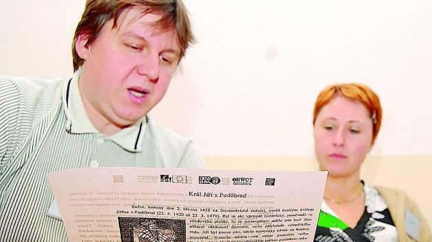 Michal Střítezský si se svou kolegyní Renatou Čermákovou vyměňují na semináři v ZŠ Smržovka své poznatky. Služba škole MB má ve Smržovce také školící středisko penzion U Potůčků.