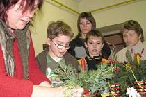 Velký zájem u dětí vzbudila dílna, kde si s pomocí rad a zkušeností odbornice mohly vytvořit z přírodnin vánoční věnec nebo malý stromeček. V Základní škole v Janově se sešli s vánoční náladou místní obyvatelé, aby si vyrobili dekorace v pěti dílnách.