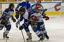 Dorostenci HC Vlci Jablonec porazili v prvním utkání kvalifikace Vlašim (v tmavém) 4:2. Odveta se hraje v sobotu.
