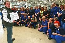 V pátek se sešli zaměstnanci jablonecké firmy TI Automotive s Jiřím Formánkem, starostou Bílého Kostela nad Nisou. Obec postihla v srpnu ničivá povodeň. Zaměstnanci ze své srpnové výplaty přispěli do charitativní sbírky a šek na 54 464 korun mu předali.