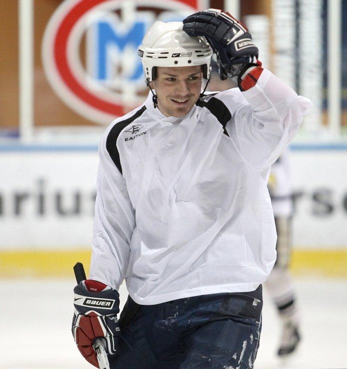 Fotbalisté Baumitu si zahráli hokej. Na snímku Lukáš Třešňák.