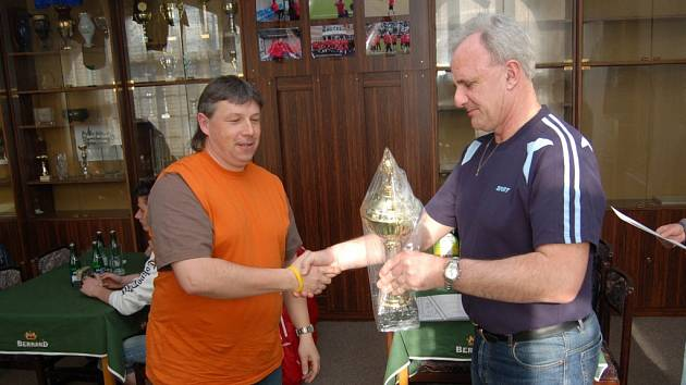 Vedoucí fotbalového týmu Desná Petr kopal převzal v Břízkách cenu pro druhý tým zimního fotbalového turnaje Kelme Cup 2007.