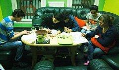 V nízkoprahovém klubu Padák v jabloneckém Mšeně se učí, vaří, pečou, ale i hrají hry. Třeba RPG
