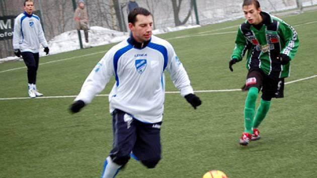 Turnaj OFC cup Zámečník z Jiksry Mšeno za ním Hubuček z dorostu FK 97