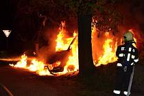 Vůz v Lučanech pohltily plameny