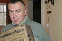 Jiří Holub, kastelán státního zámku Hrubý Rohozec, za ním na stěně posilovací stroj