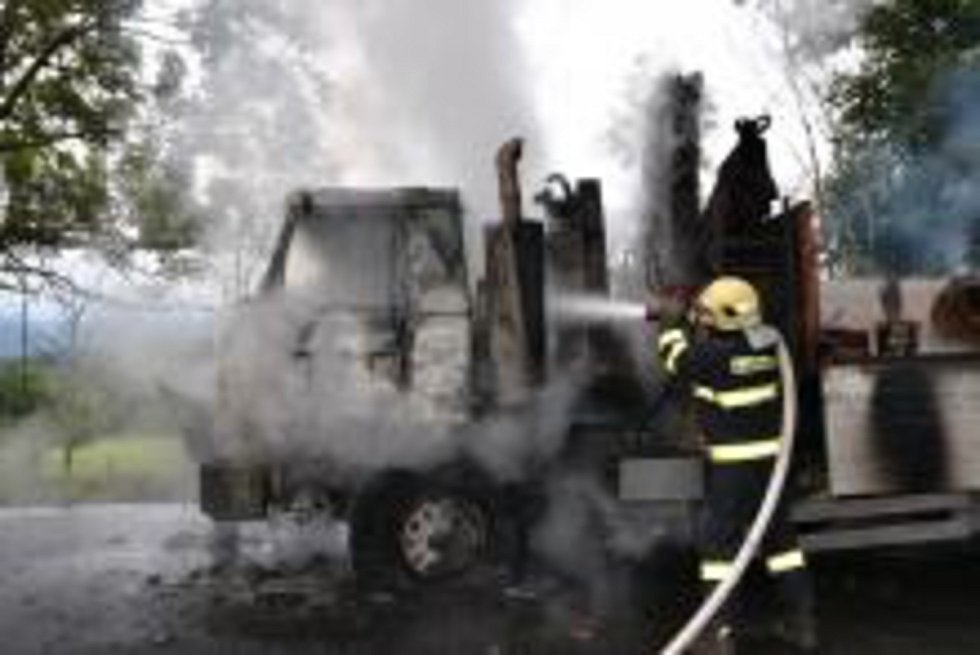 Profesionální hasiči ze Semil a Jilemnice společně s dobrovolnými jednotkami Roprachtic a Vysokého nad Jizerou vyjížděli ve středu před 10. hodinou k požáru nákladního automobilu Tatra 815 s přívěsem.