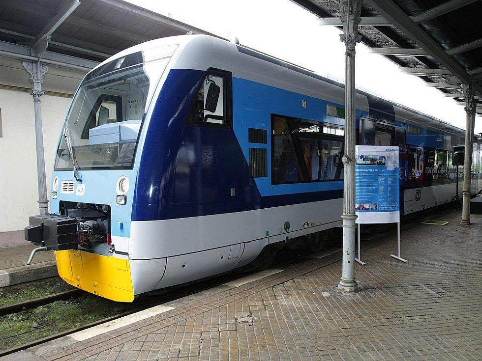 Vlak Stadler - motorový vůz Regio Shuttle RS1, který jezdí v Libereckém kraji.