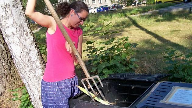 Veronika Zatřepálková Kaššovicová promíchává obsah kompostérů.