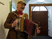 Podvečer doprovázel i hudebník s dobovou harmonikou a kramářskou písní na rtech.