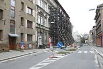 Vzpěry na budově hrozící zřícením v ulici Podhorská v Jablonci nad Nisou Fotografie z dubna 2019.
