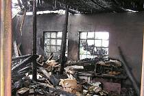 Z přístřešku zbyly v podstatě jen obvodové zdi. Shořelo i uskladněné palivo, požáru se nevyhnula ani střecha domu.