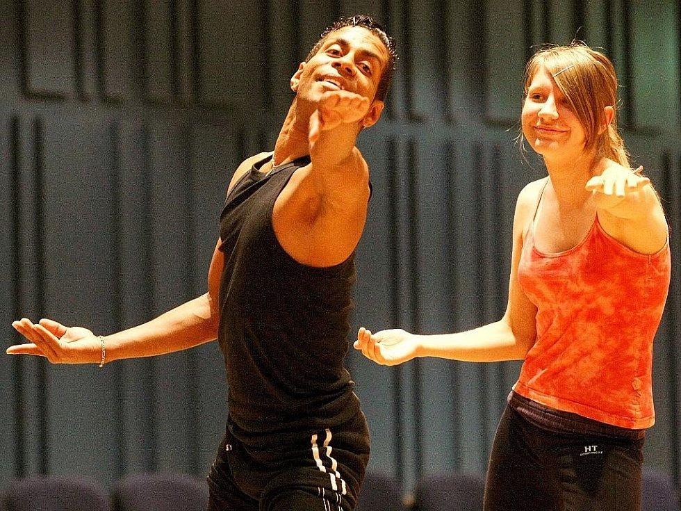 Zkušený kubánský tanečník, lektor a choreograf Raúl Missael Ramos Keeling ve svých lekcích osobitým stylem spojuje tradiční a folklorní tanec se současnými a moderními prvky i s prvky baletu.